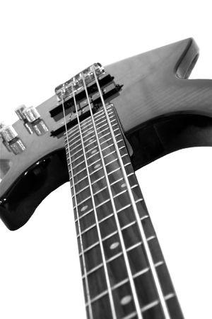 Pr�s d'une guitare basse isol� sur blanc