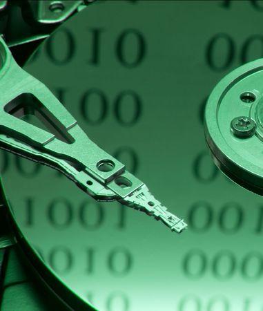 Partes internas de disco duro abierto en código binario on reflexión  Foto de archivo - 794715