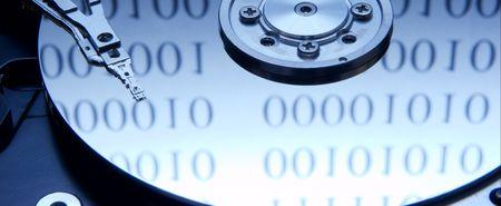 Les internes d'un disque dur avec code binaire r�flexion  Banque d'images