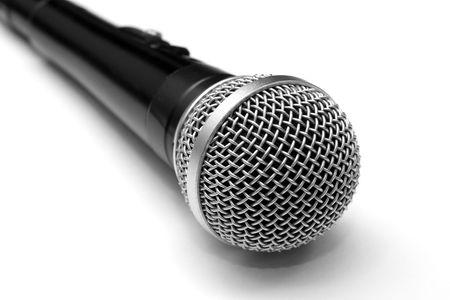 De pr�s d'un microphone dynamique isol� sur blanc