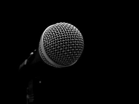 microfono radio: Micr�fono din�mico aislado en negro  Foto de archivo