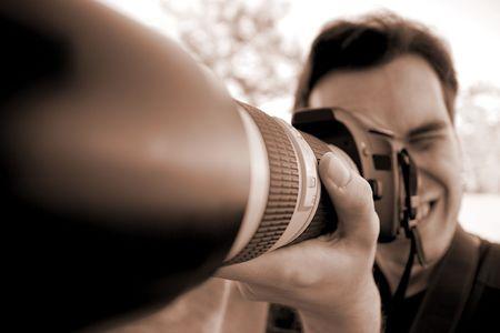 Crazy photographe en utilisant sa cam�ra avec t�l�objectif