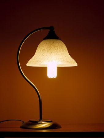 Petite lampe sur un bureau dans la soir�e