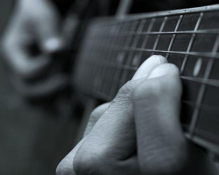 Pr�s des doigts d'un joueur de guitare  Banque d'images