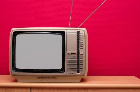 Vintage TV dans une pi�ce avec mur rouge