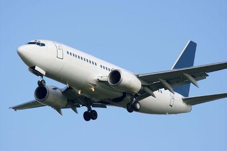 jetplane: Bianco aereo commerciale nei confronti di cielo blu chiaro
