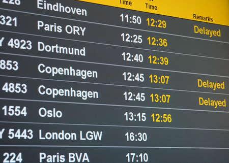 Calendrier bord d'un a�roport avec un certain retard des vols  Editeur