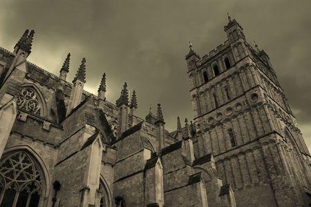 Cath�drale m�di�vale avec ciel sombre (Exeter, Royaume-Uni)
