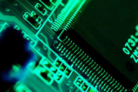 circuitos electronicos: De Tecnolog�a Electr�nica de fondo en verde  Foto de archivo
