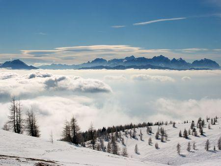 Paysage de haute montagne au-dessus des nuages