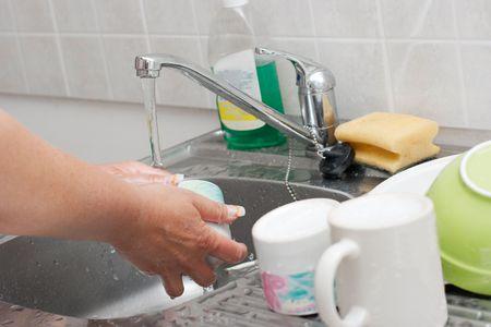 Femme vaisselle dans une cuisine Banque d'images