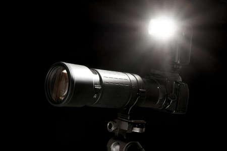 Appareil photo avec flash Going Off isol� sur fond noir