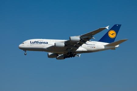 jetplane: BUDAPEST - 2 ottobre: ??aereo di linea Airbus A380 di Lufthansa in finale il 02 ottobre 2011 a Budapest. L'A380 � attualmente il pi� grande aereo di linea passeggeri. Questo nuovo � il 8 � flotta di Lufthansa. E 'la prima volta che un A380 atterra a Budapest Lis