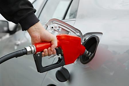 bomba de gasolina: Combustible boquilla con tubo aislado en fondo blanco