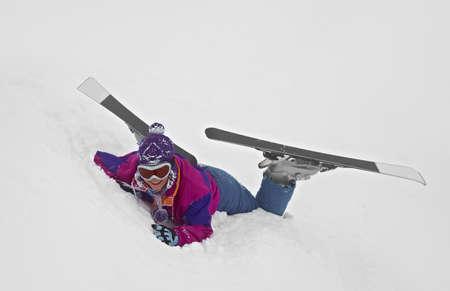 narciarz: Kobieta narciarz spadł w głębokim śniegu