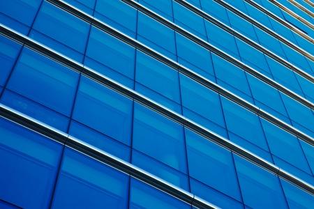 lineas rectas: Detalle del edificio de oficinas moderno, superficie de cristal Editorial