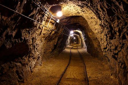 cobre: T�nel de miner�a de datos con las luces y los carriles