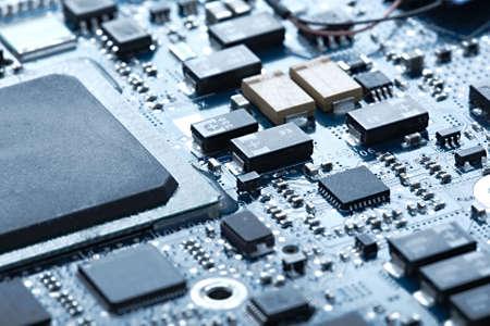 tecnologia informacion: Tarjeta de circuitos con componentes electr�nicos Foto de archivo