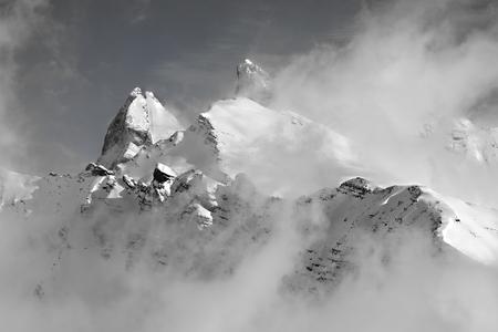 montañas nevadas: Paisaje de invierno en las montañas