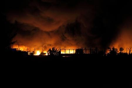 incendio casa: Enorme incendio se extiende sobre edificios