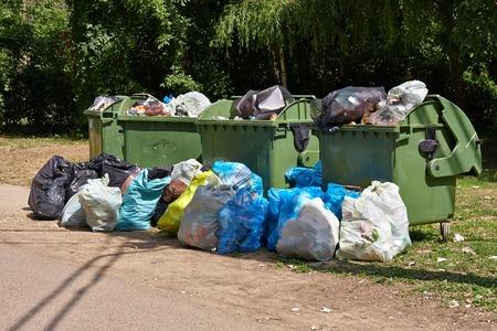 cesto basura: Contenedores de basura lleno de basura