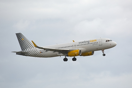 kastrup: COPENHAGEN, DENMARK - MAY 13: Vueling A320 approaching Kastrup Airport, May 13th 2015. Vueling is a Spanish low-cost airline.