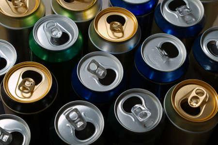 reciclable: Latas de cerveza vacías después de una fiesta