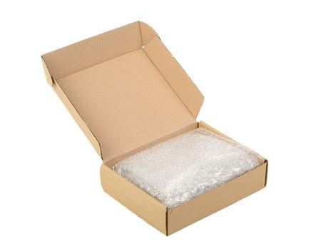 boite carton: Boîte en carton ouvert isolée sur blanc