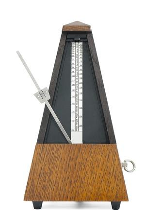 instrumentos musicales: Metr�nomo cl�sico aislado en fondo blanco