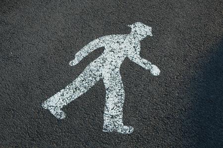 pedestrian sign: Pedonale segno dipinto sul marciapiede