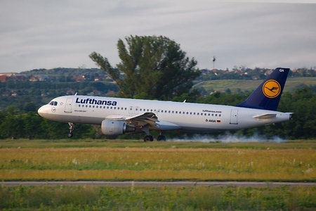 liszt: BUDAPEST, HUNGARY - MAY 27: Lufthansa A320 landing at Budapest Liszt Ferenc Airport, May 27th 2015. Lufthansa is the largest airline of Europe Editorial