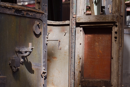 puertas antiguas: Vagón de tren abandonado con interior cayendo a pedazos Foto de archivo