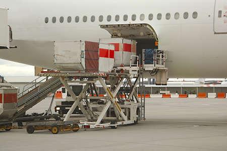 manipular: Cargando contenedores de carga en un avión de pasajeros