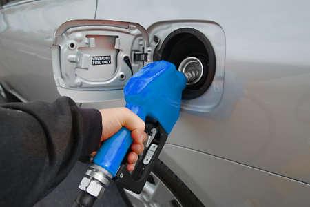tanque de combustible: Combustible boquilla con manguera aislado en fondo blanco Foto de archivo