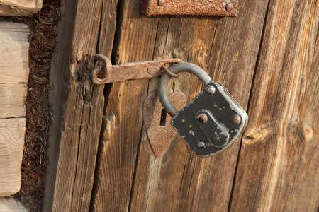 or lock up: Candado en una puerta de madera vieja
