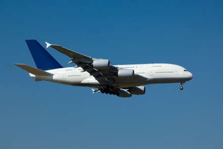 jetplane: Grande aereo passeggeri di atterraggio contro il cielo blu chiaro Archivio Fotografico