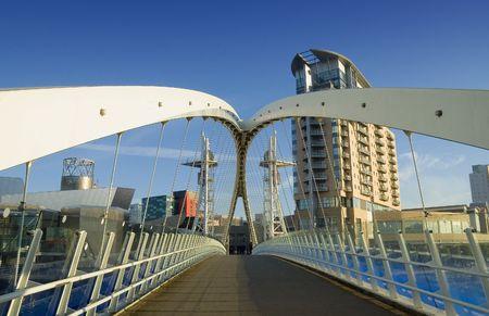 regeneration: Ultra-moderna architettura urbana compresa passerella. Salford Quays distretto di Manchester, Inghilterra settentrionale. Un importante progetto di riqualificazione.  Archivio Fotografico