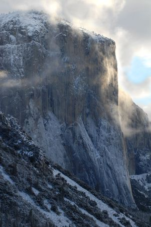 el capitan: El Capitan illuminated by early morning stormy and misty skies