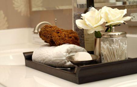 artigos de higiene pessoal: Toiletries and bath items on bathroom vanity Imagens