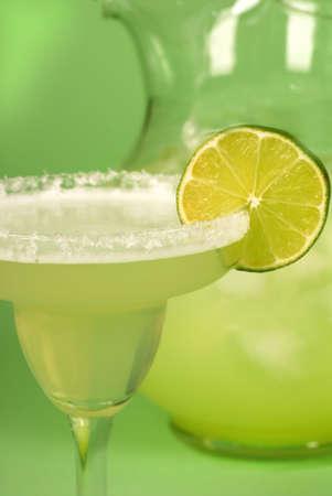 margarita cocktail: Una stretta di un margarita con una brocca di Margaritas