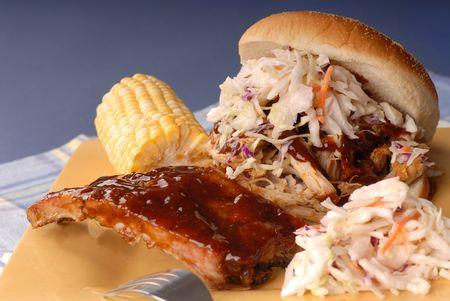 cole: Tirato panino con carne di maiale Cole slaw su di esso con la costola, mais e fagioli Archivio Fotografico