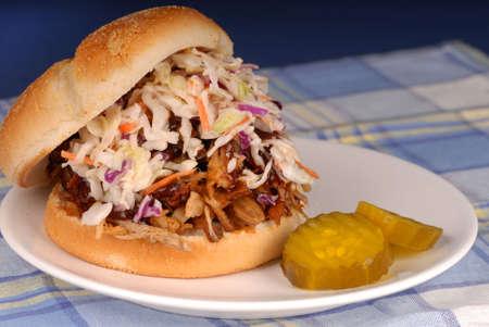 漬物の: コールスローと漬物と豚肉のサンドイッチをプル 写真素材