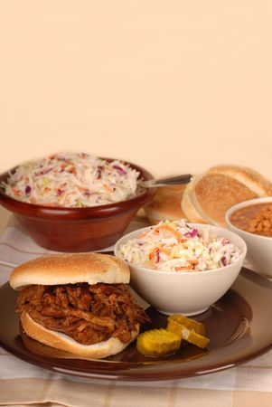 baked beans: A pulled pork sandwich with cole slaw, baked beans and pickles Stock Photo