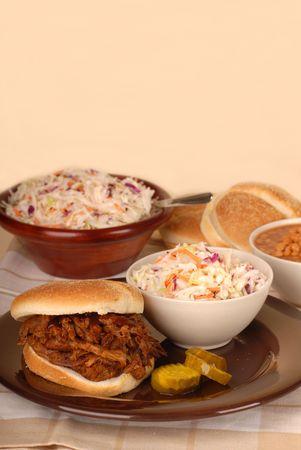 cole: Un panino di carne di maiale estratta con patatine cole, fagioli al forno e sottaceti