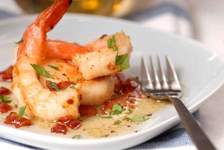 �shrimp: Camarones frescos y vieiras salteadas con tocino vinniagrette  Foto de archivo