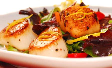petoncle: Fresh Seared p�toncle g�ant avec une salade  Banque d'images