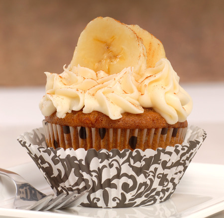 carrot cake: Delicious carrot cake cupcake with cream chees frosting, bananas and cinnamon  Stock Photo