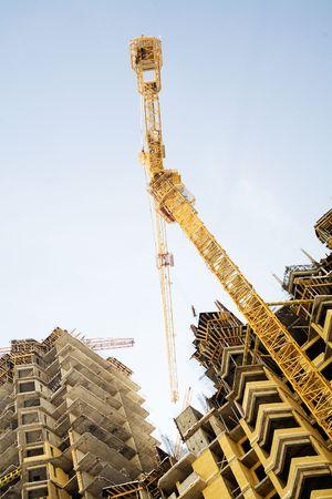 actividad econ�mica: Construcci�n de un edificio en buen tiempo  Foto de archivo