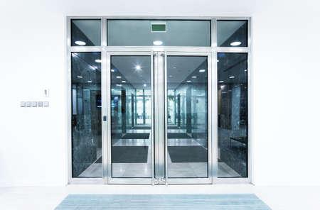 salir puerta: puertas de cristal en una oficina