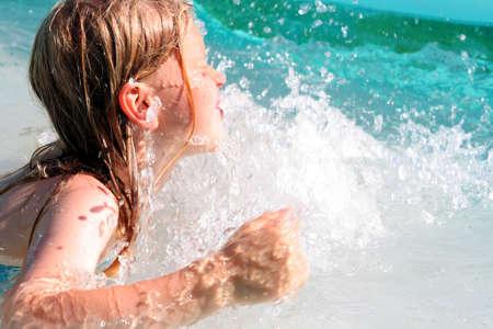 personas banandose: En la piscina
